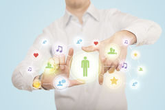 Hände, die eine Form mit Social Media-Verbindung schaffen Lizenzfreies Stockbild