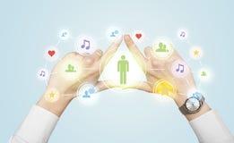 Hände, die eine Form mit Social Media-Verbindung schaffen Stockbilder