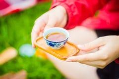 Hände, die eine Schüssel Tee halten lizenzfreies stockbild