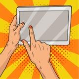 Hände, die eine Tablettenpop-art halten Weibliche Hände mit roter Maniküre halten eine Laptop-Computer Retro- Illustration der We Stockbilder