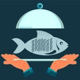 Hände, die eine Umhüllungsplatte mit den Fischen halten lizenzfreie abbildung
