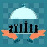 Hände, die eine Umhüllungsplatte mit einem Satz Schachfiguren halten lizenzfreie abbildung