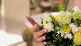 Hände, die einen Blumenstrauß halten stock video footage