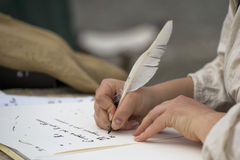 Hände, die einen Brief mit einer Feder schreiben lizenzfreie stockfotos