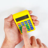 Hände, die einen digitalen Taschenrechner der Tasche auf weißem Hintergrund halten Stockfotografie