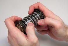 Hände, die einen Kombinationspuzzlespielkasten anhalten Stockfotografie