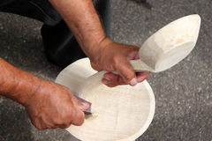 Hände, die einen Löffel bearbeiten Stockbilder