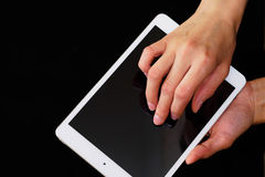 Hände, die einen Tabletten-PC halten und berühren lizenzfreies stockfoto