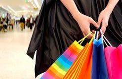 Hände, die Einkaufenbeutel anhalten Stockfotografie
