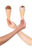 Hände, die Eiscreme halten lizenzfreie stockfotos