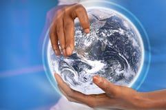 Hände, die Erde anhalten Lizenzfreies Stockfoto