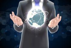 Hände, die Erde des Hintergrundes auf Blau und Schwarzem halten Lizenzfreie Stockfotos