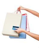 Hände, die farbige Einkaufstaschen auf weißem Hintergrund halten Stockfoto