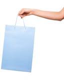 Hände, die farbige Einkaufstaschen auf weißem Hintergrund halten Lizenzfreies Stockbild