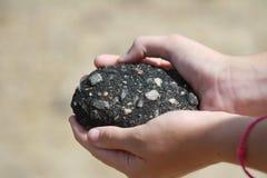 Hände, die Felsen halten Lizenzfreies Stockfoto
