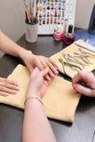 Hände, die Fingernägel mit einem Pinsel malen Lizenzfreies Stockbild