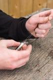Hände, die Fischköder binden Lizenzfreie Stockbilder