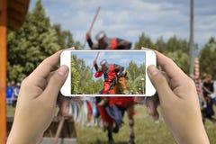 Hände, die Foto durch Smartphone machen Stockfotos