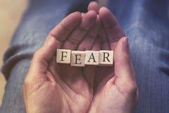 Hände, die Furchtmitteilung blockieren Stockfoto