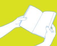 Hände, die geöffnetes Buch anhalten Stockbild