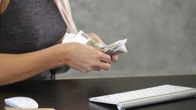 Hände, die Geld Euro auf dem Schreibtisch zählen stock video