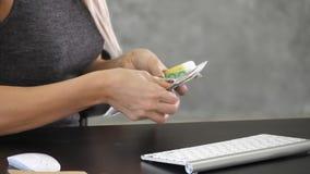 Hände, die Geld Euro auf dem Schreibtisch zählen stockfoto