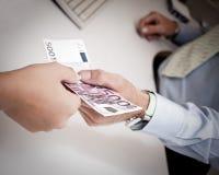 Hände, die Geld führen Stockbild