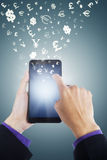 Hände, die Geld mit Smartphone verdienen Stockfotos