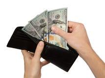 Hände, die Geld von der geöffneten Mappe nehmen Stockbilder