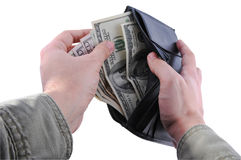 Hände, die Geld von einer Mappe nehmen Stockbild