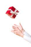 Hände, die Geschenk abfangen Stockbild