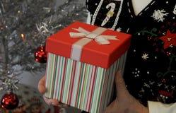 Hände, die Geschenk anhalten Stockfotografie