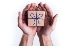 Hände, die Geschenk geben Stockfotografie