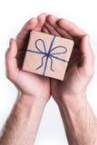 Hände, die Geschenk geben Stockfoto