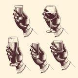 Hände, die Gläser mit Getränkbier, Tequila, Wodka, Rum, Whisky, Wein halten Vektor gravierte Illustration Stockfotografie