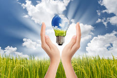 Hände, die grüne Energie sparen lizenzfreie stockbilder