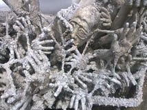 Hände, die in Höllenskulpturen sinken Wat Rong Khun, weißer Tempel in Chiang Rai Province, Thailand lizenzfreie stockfotos