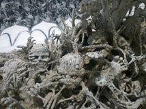 Hände, die in Höllenskulpturen sinken Wat Rong Khun, weißer Tempel in Chiang Rai Province, Thailand stockfotos
