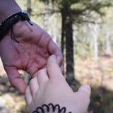 Hände, die an halten Lizenzfreie Stockfotos