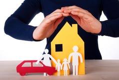 Hände, die Haus, Familie und Auto schützen Lizenzfreie Stockfotografie