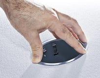 Hände, die helle Vorrichtung des Metallpotentiometers installieren Lizenzfreie Stockfotos