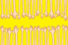 Hände, die heraus erreichen und helfende viele Verbindungsleute Stockbild