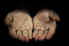 Hände, die heraus in Richtung zur Kamera erreichen Stockfotografie