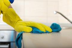 Hände, die Küche Countertop abwischen Lizenzfreies Stockfoto
