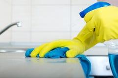Hände, die Küche Countertop abwischen Lizenzfreie Stockfotografie