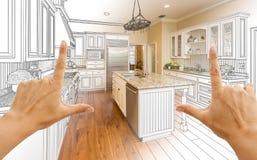 Hände, die Küchen-Konstruktionszeichnung und Foto C Gradated kundenspezifische gestalten lizenzfreies stockbild