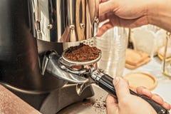 Hände, die Kaffeemühle halten Stockfotos
