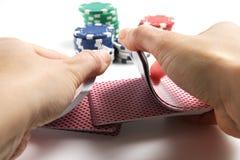 Hände, die Karten schlurfen lizenzfreie stockfotografie
