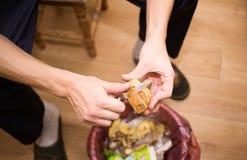 Hände, die Kartoffeln, Nahaufnahme abziehen Stockfoto