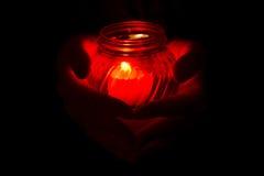 Hände, die Kerze anhalten Lizenzfreies Stockfoto